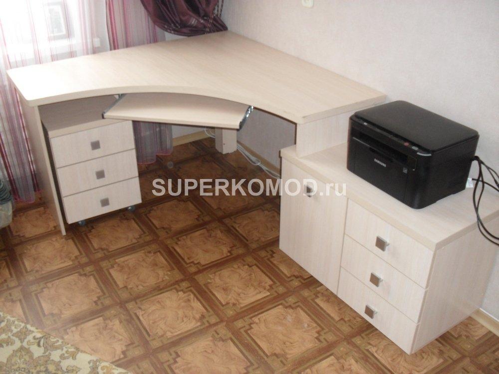 Светлый компьютерный стол на заказ с совмещенной тумбочкой.